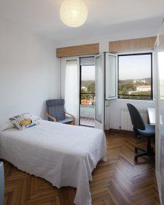 Fotografía de habitaciones para estudiantes en la Residencia Castelao. Ejemplo de habitación exterior con balcón con vistas al campus de la USC.